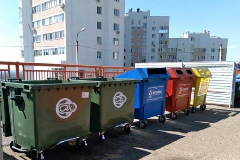 На площадке установлены контейнеры, предполагающие сортировку мусора