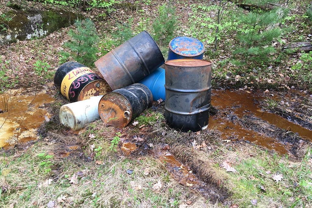 Незаконная свалка опасных отходов
