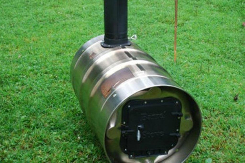 Горизонтальная бочка с трубой дымохода