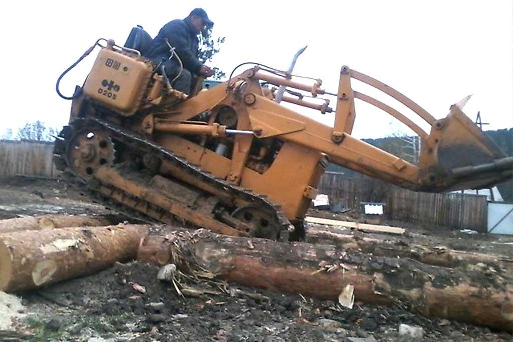 Гусеничный погрузчик для переработки древесины