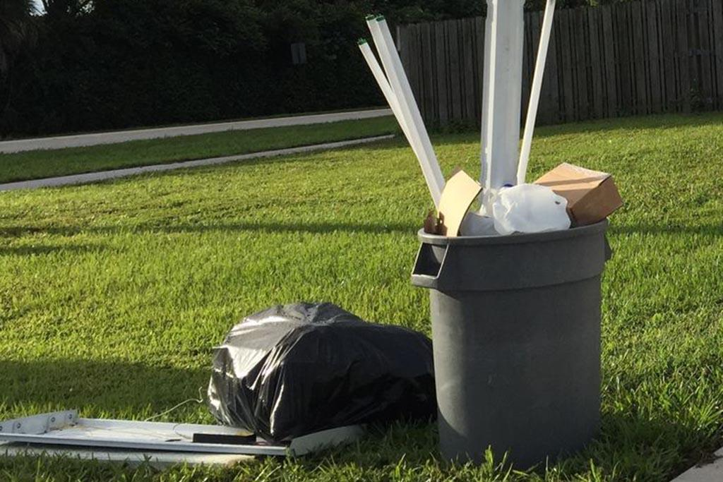 Почему нельзя выкидывать все лампочки в мусорку