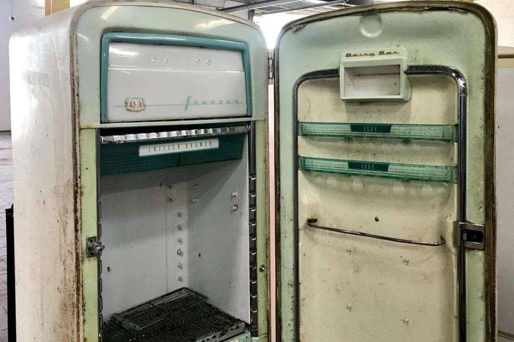 Способы пристроить работающий холодильник