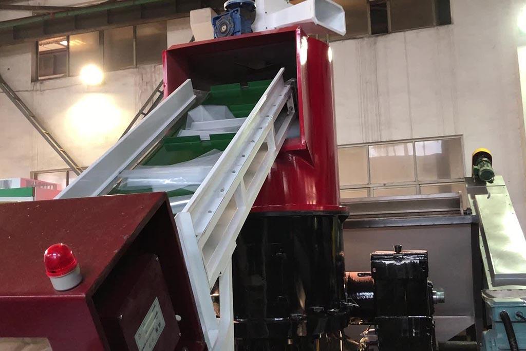 Как правильно выбрать оборудование по переработке пластика для своего мини-завода