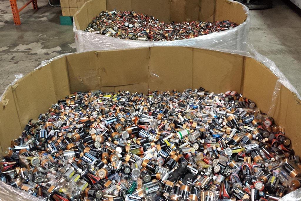 Куда выбрасывать батарейки, расходники авто и другой опасный мусор