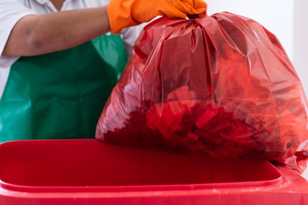 Строгие правила сбора отходов в мешки красного цвета с маркировкой класса В
