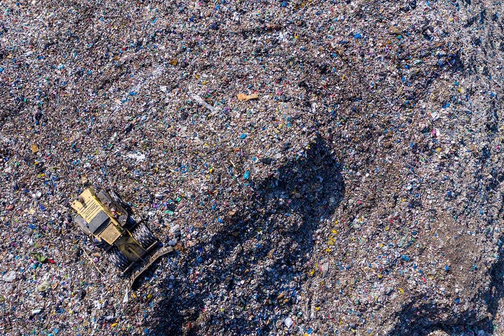 Огромный мусорный полигон