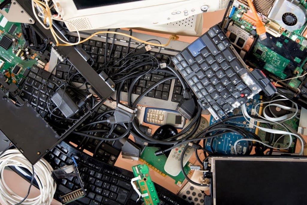 Почему компьютер нельзя выбросить в контейнер