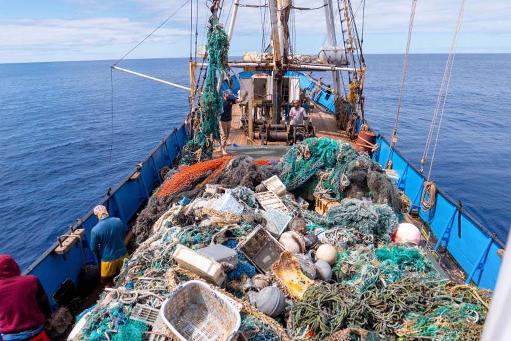 Вылов мусора сетями и вывоз на барже для последующей утилизации
